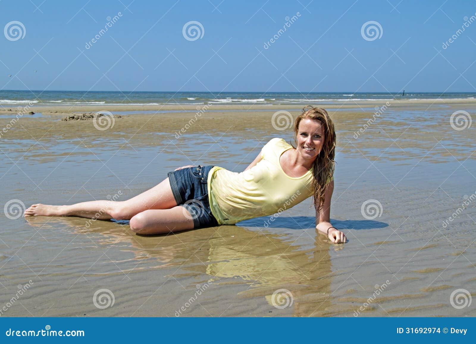 Bella Donna Bionda Che Si Rilassa Nell'acqua Fotografia ...