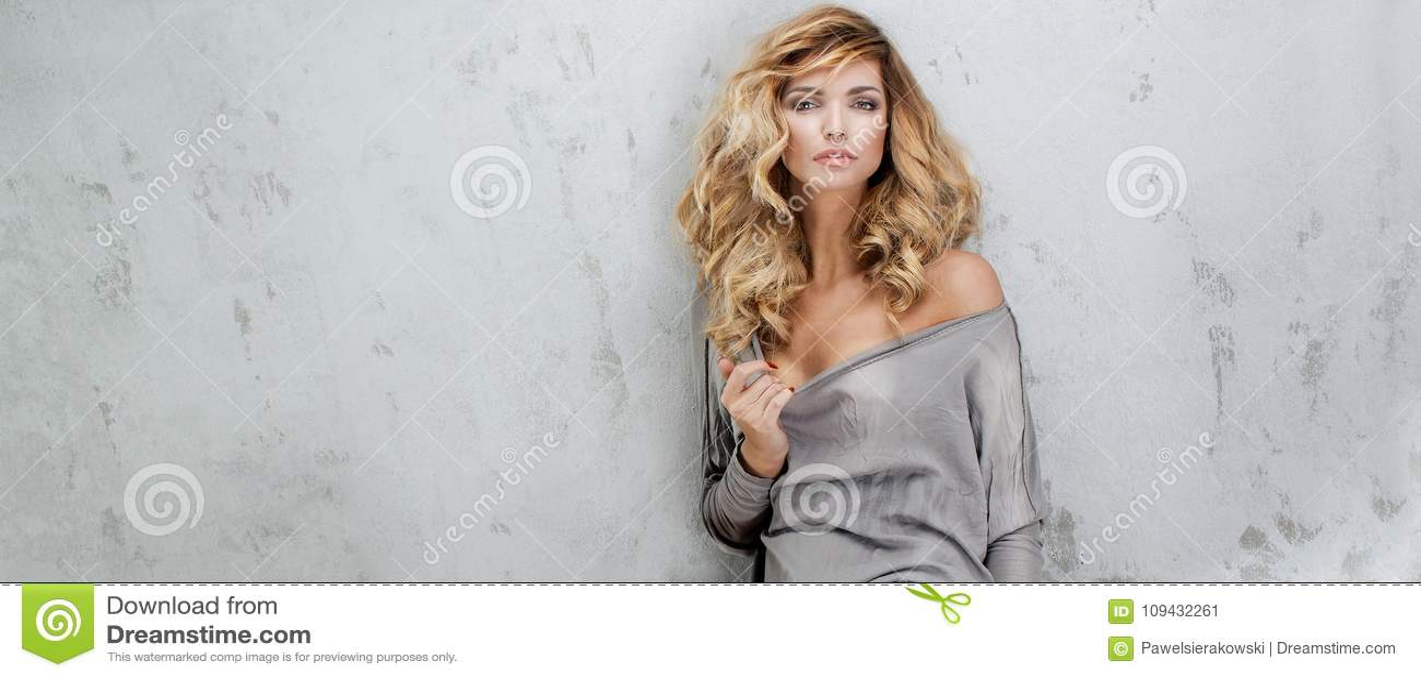 Bella Donna Bionda Con Capelli Lunghi Immagine Stock ...