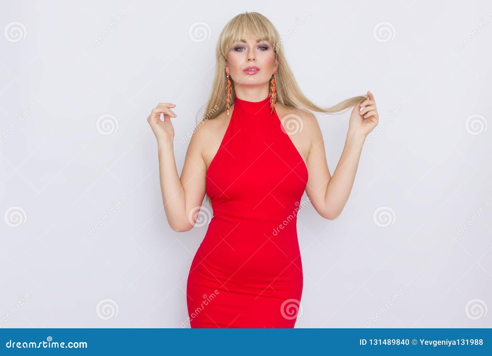 Bella Donna Bionda Con Capelli Lunghi In Vestito ...