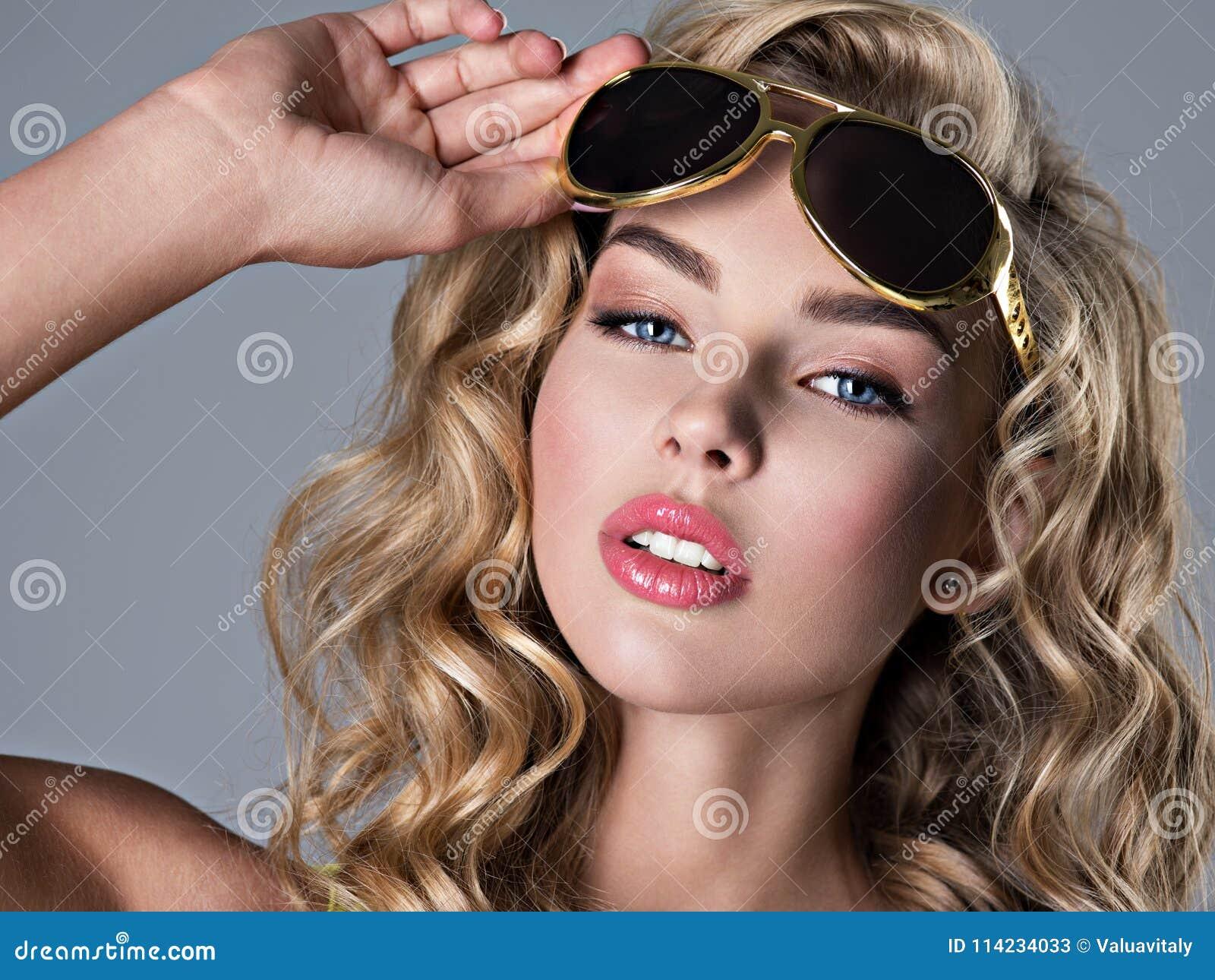 Bella Donna Bionda Con Capelli Ondulati Lunghi Immagine Stock ... d4907de37b5f