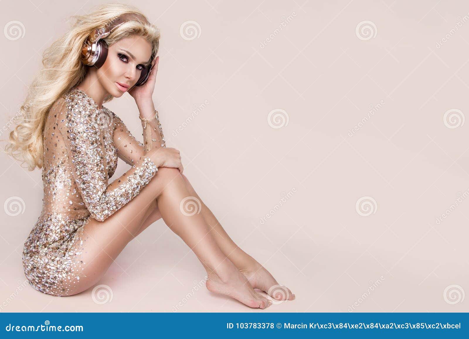 Bella Donna Bionda Sexy Con Capelli Lunghi Ed Ente ...