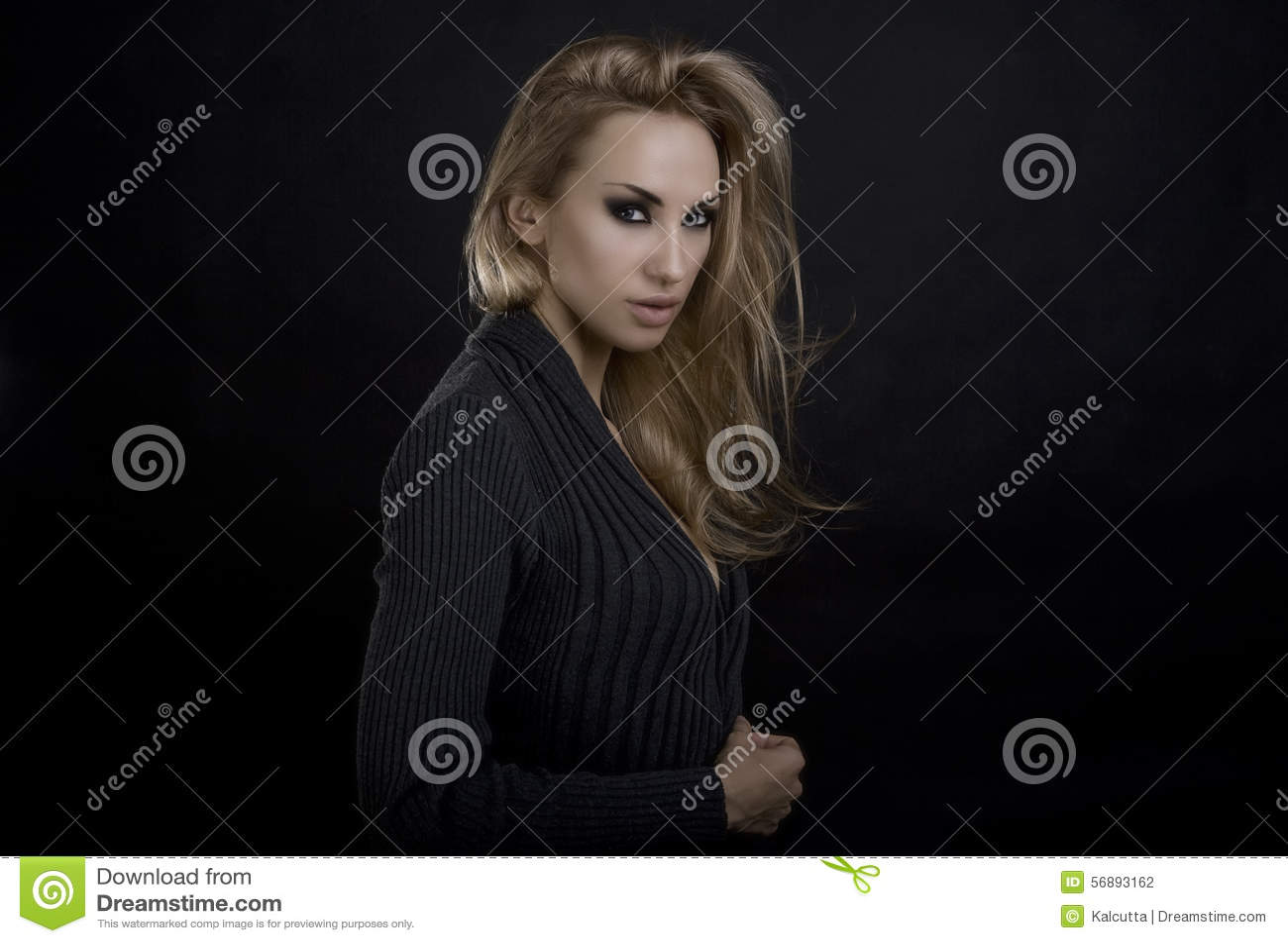 Bella donna bionda sexy Fondo scuro Smokey eyes il trucco