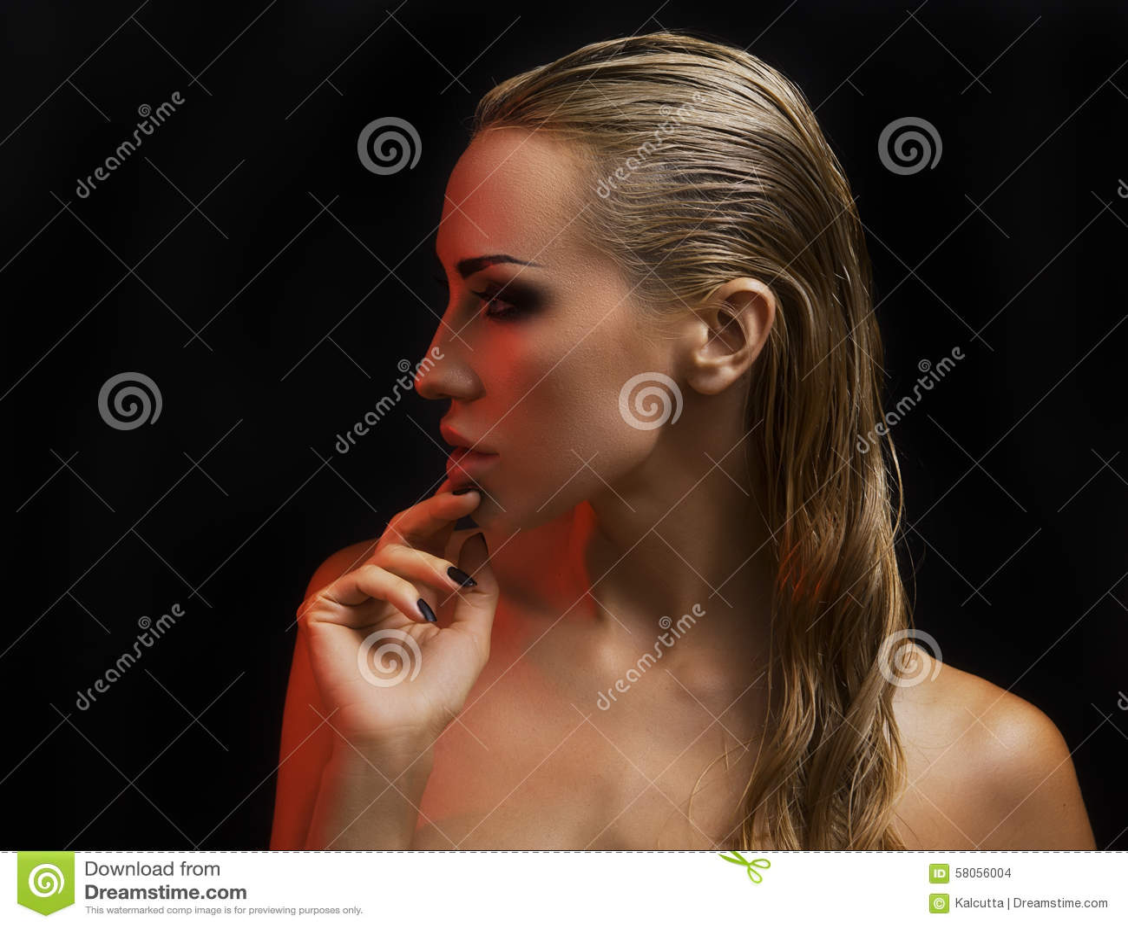 Bella donna bionda sexy Fondo scuro Smokey Eyes intelligente