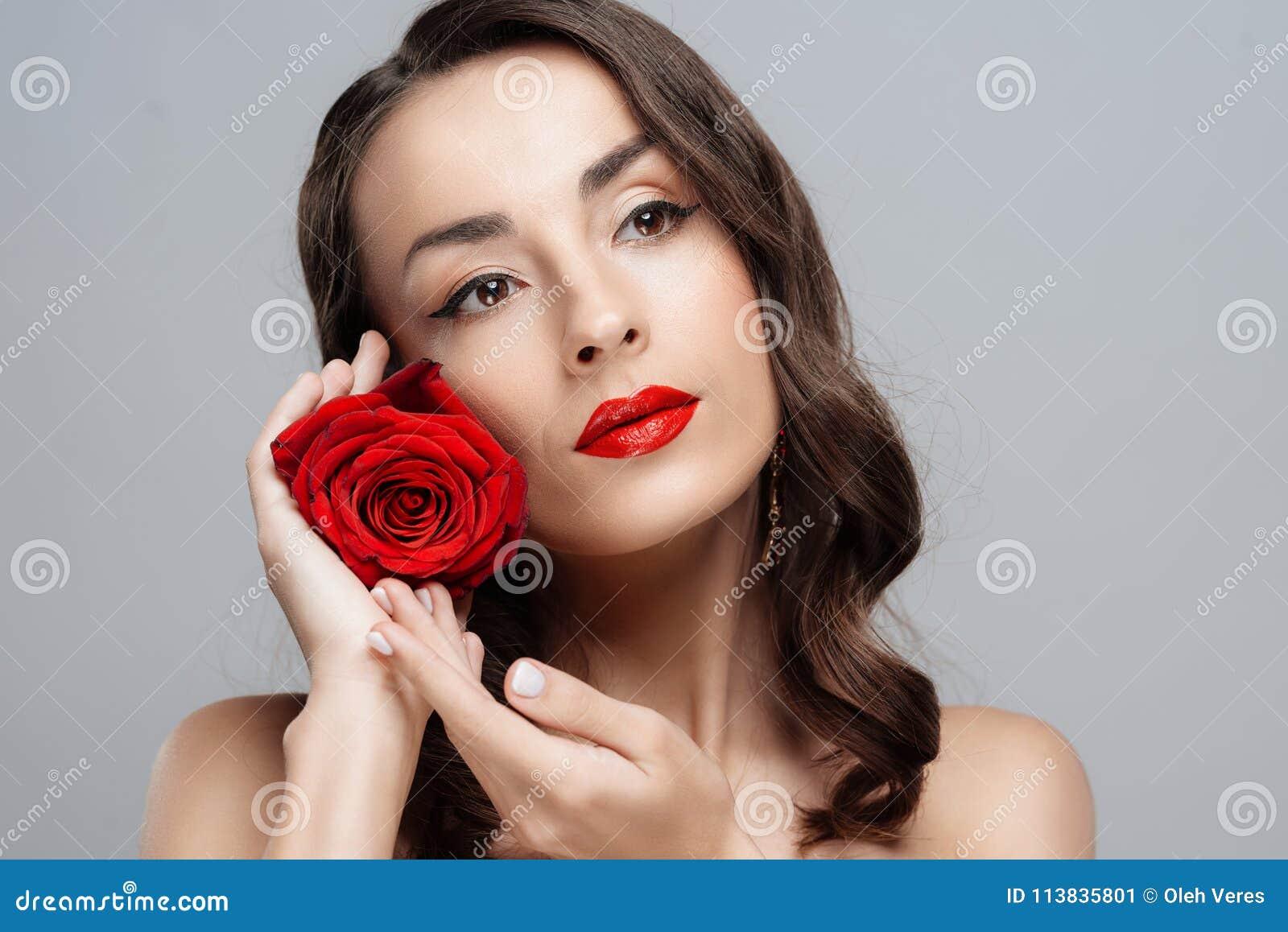 Bella donna castana con rossetto rosso sulle labbra La ragazza del primo piano con è aumentato