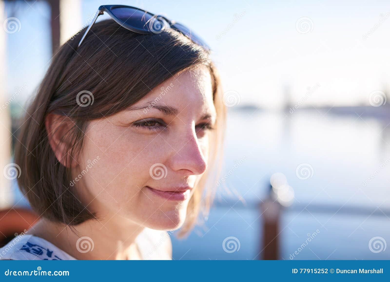 Bella donna caucasica matura con capelli marroni che guardano fuori dalla  macchina fotografica 887b6e0e78ed