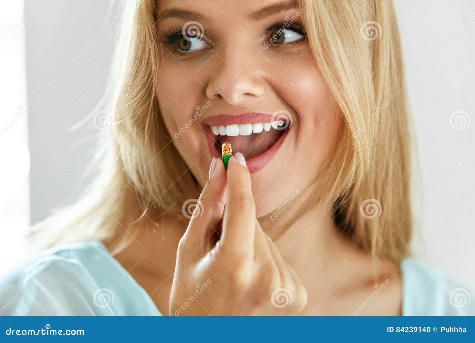 Bella donna che prende pillola, medicina Vitamine e supplementi