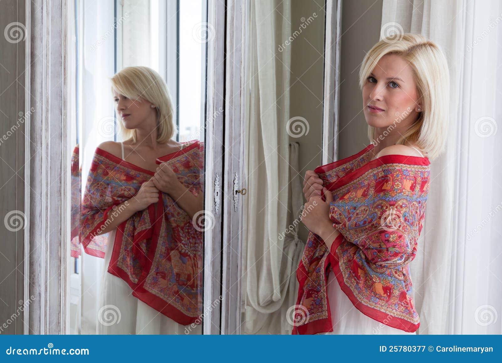 Bella donna che si leva in piedi davanti allo specchio immagine stock immagine di specchio - Bambini che si guardano allo specchio ...