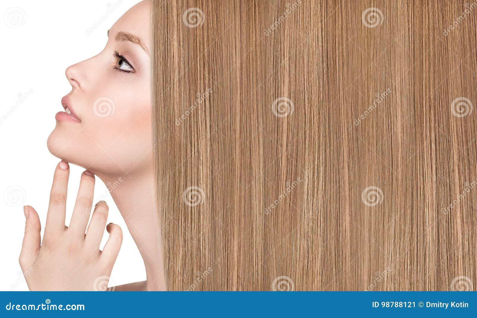 Bella donna con capelli giusti lunghi lussuosi