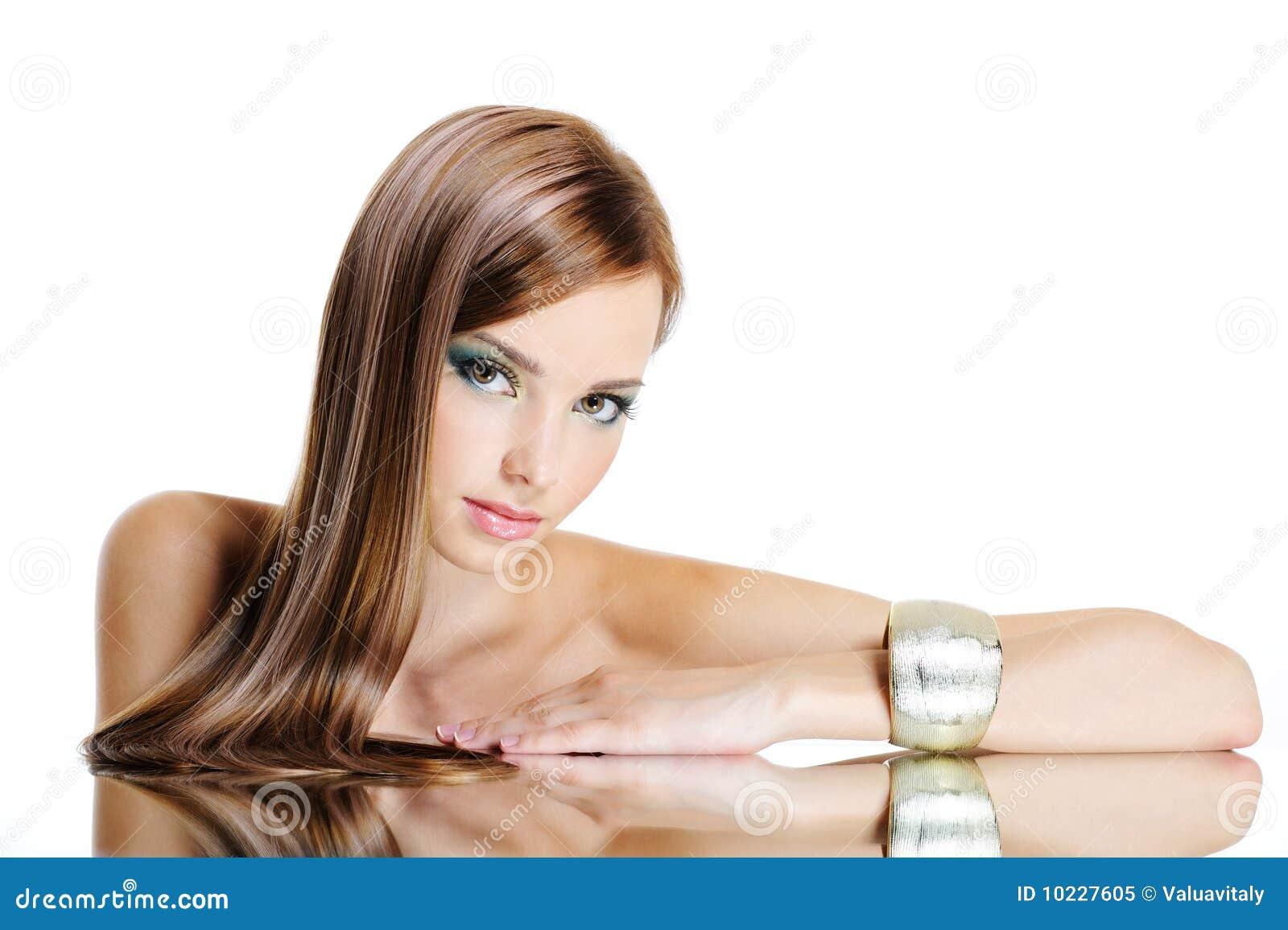 Bella donna con capelli lunghi diritti