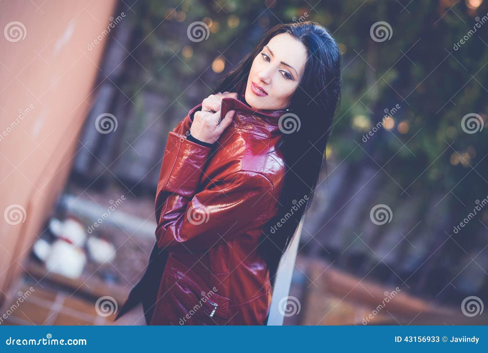 Bella Donna Con Capelli Lunghi Nel Fondo Urbano Immagine ...