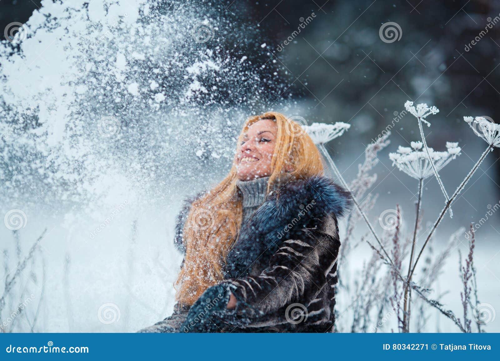 Bella Donna Con Capelli Rossi Lunghi Su Una Neve Di Lancio ...