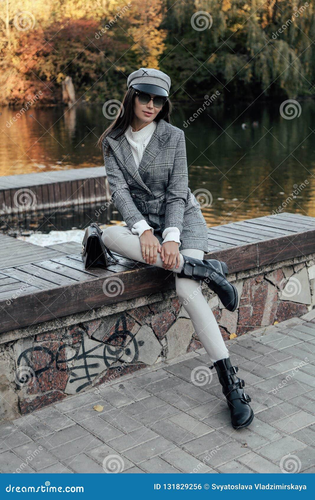 Bella Donna Con Capelli Scuri In Vestiti E Nei Acces ...