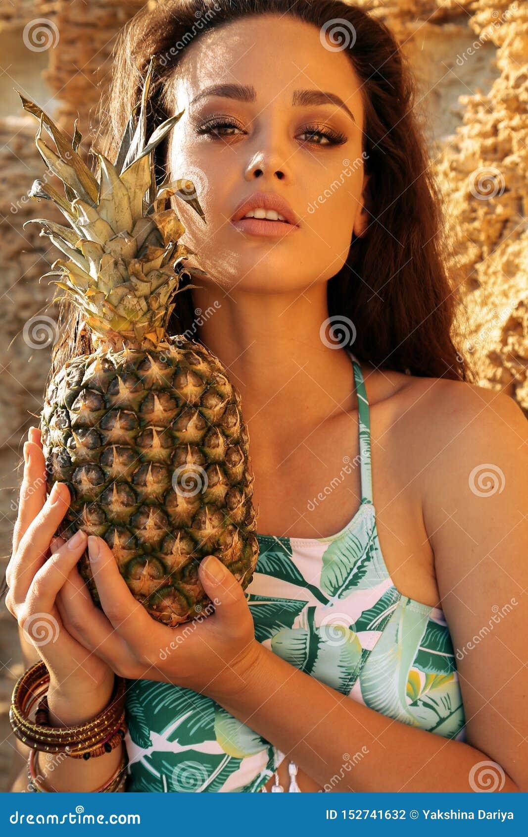 Bella Donna Con Capelli Scuri In Vestito Di Nuoto Elegante ...