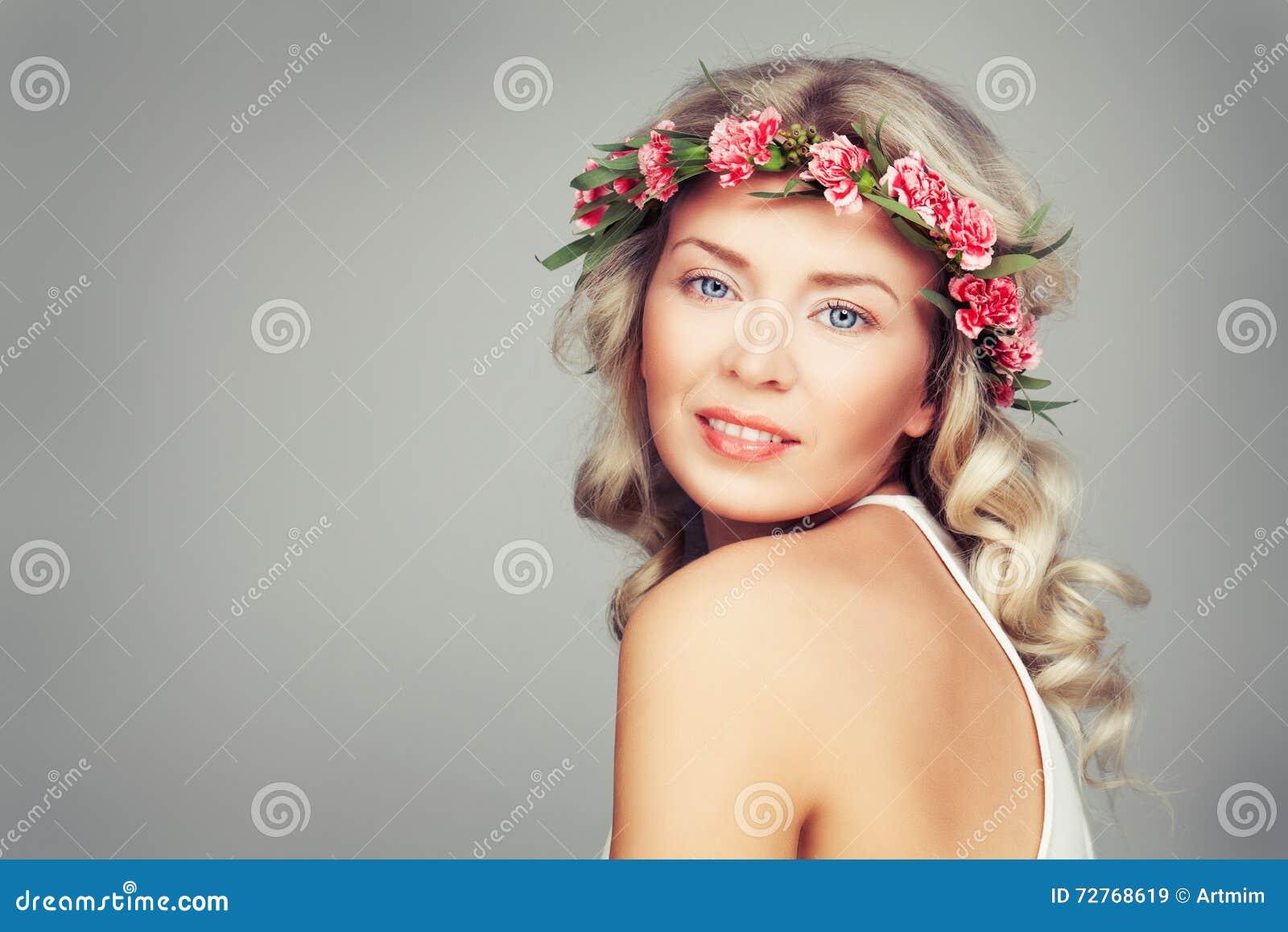Bella Donna Con I Fiori Di Rosa Di Estate Bellezza Bionda Immagine ... ba3bde3704f0