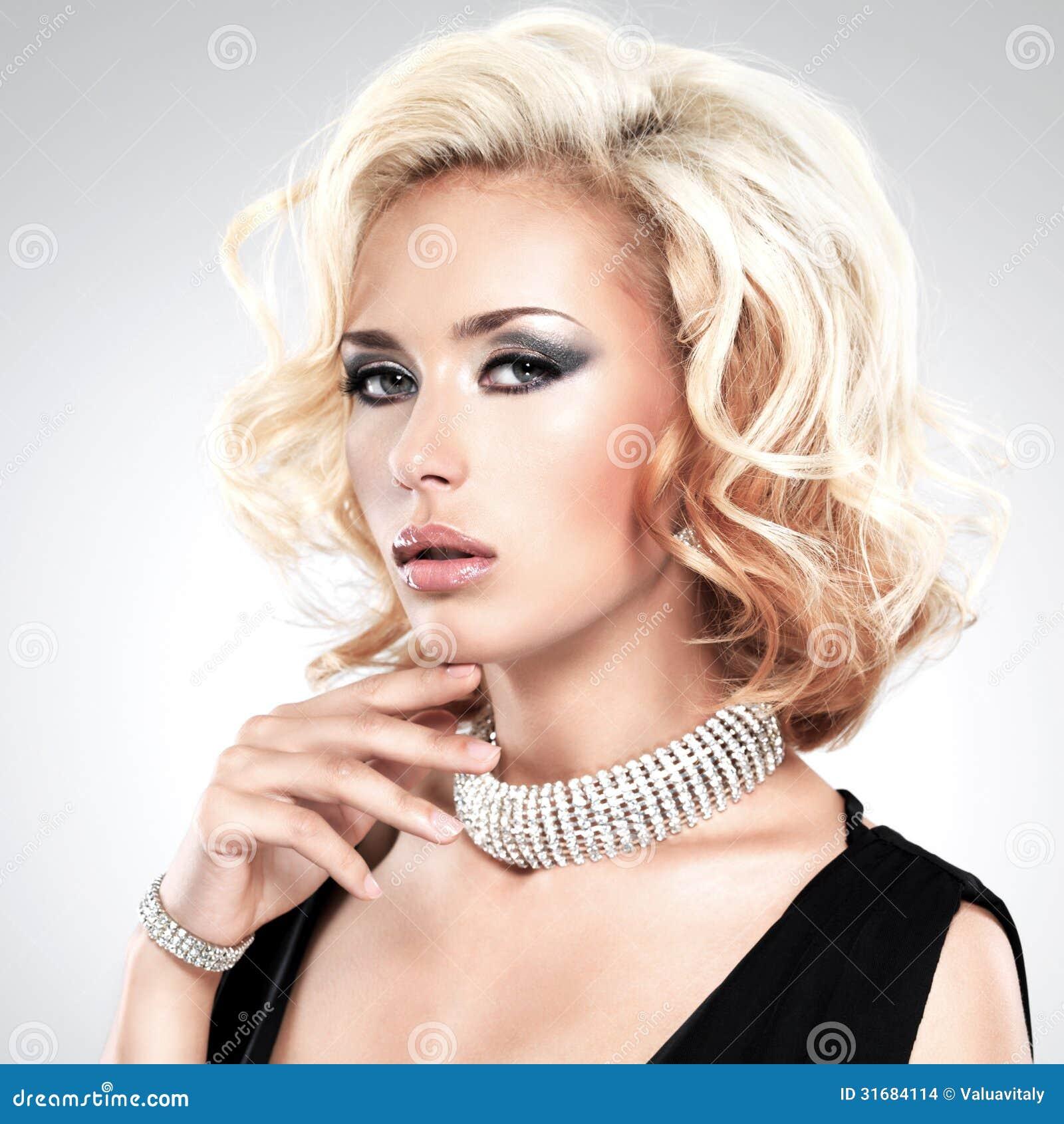Bella donna con il braccialetto riccio dell argento e dell acconciatura