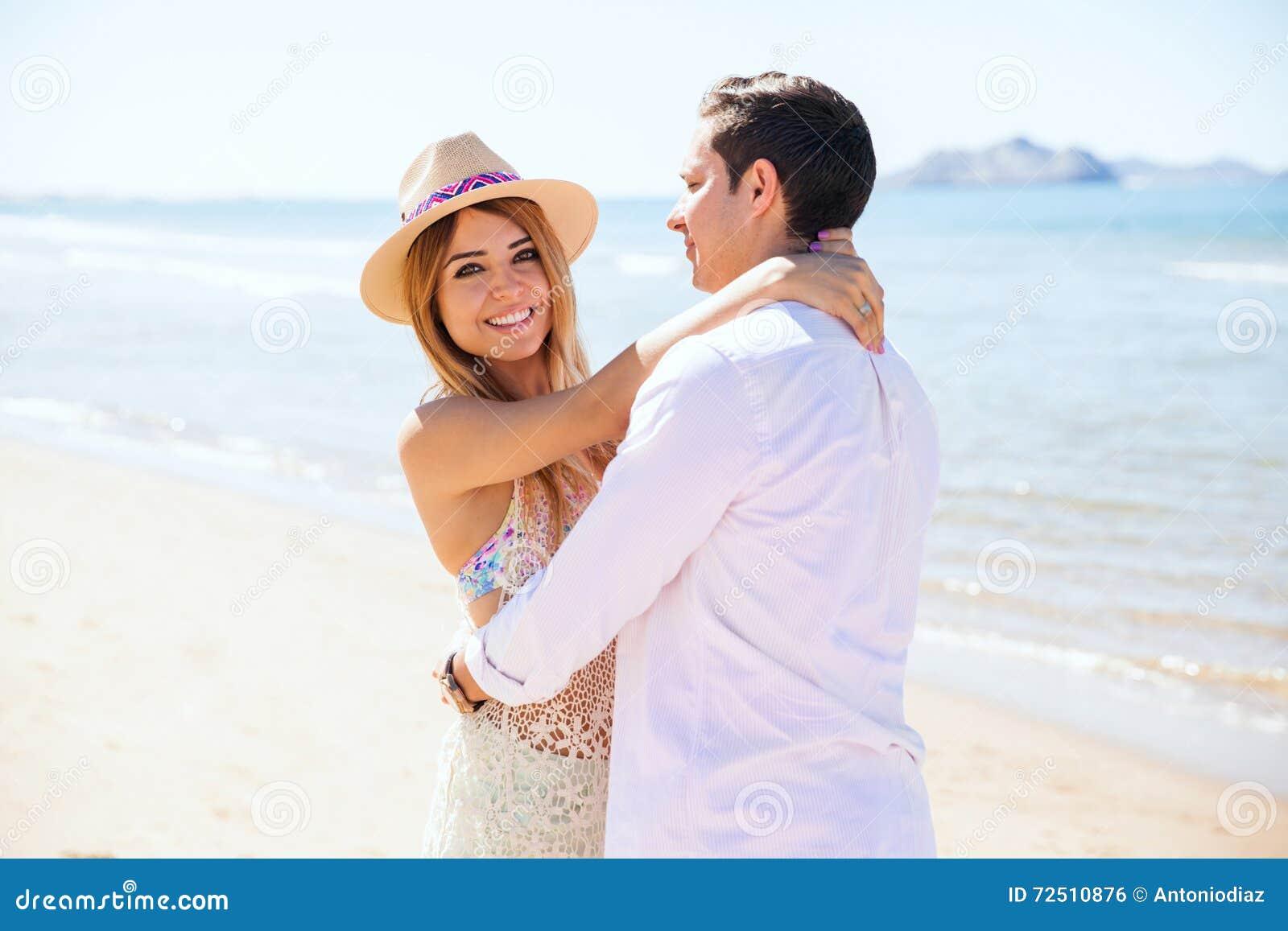 Bella donna con il suo ragazzo alla spiaggia