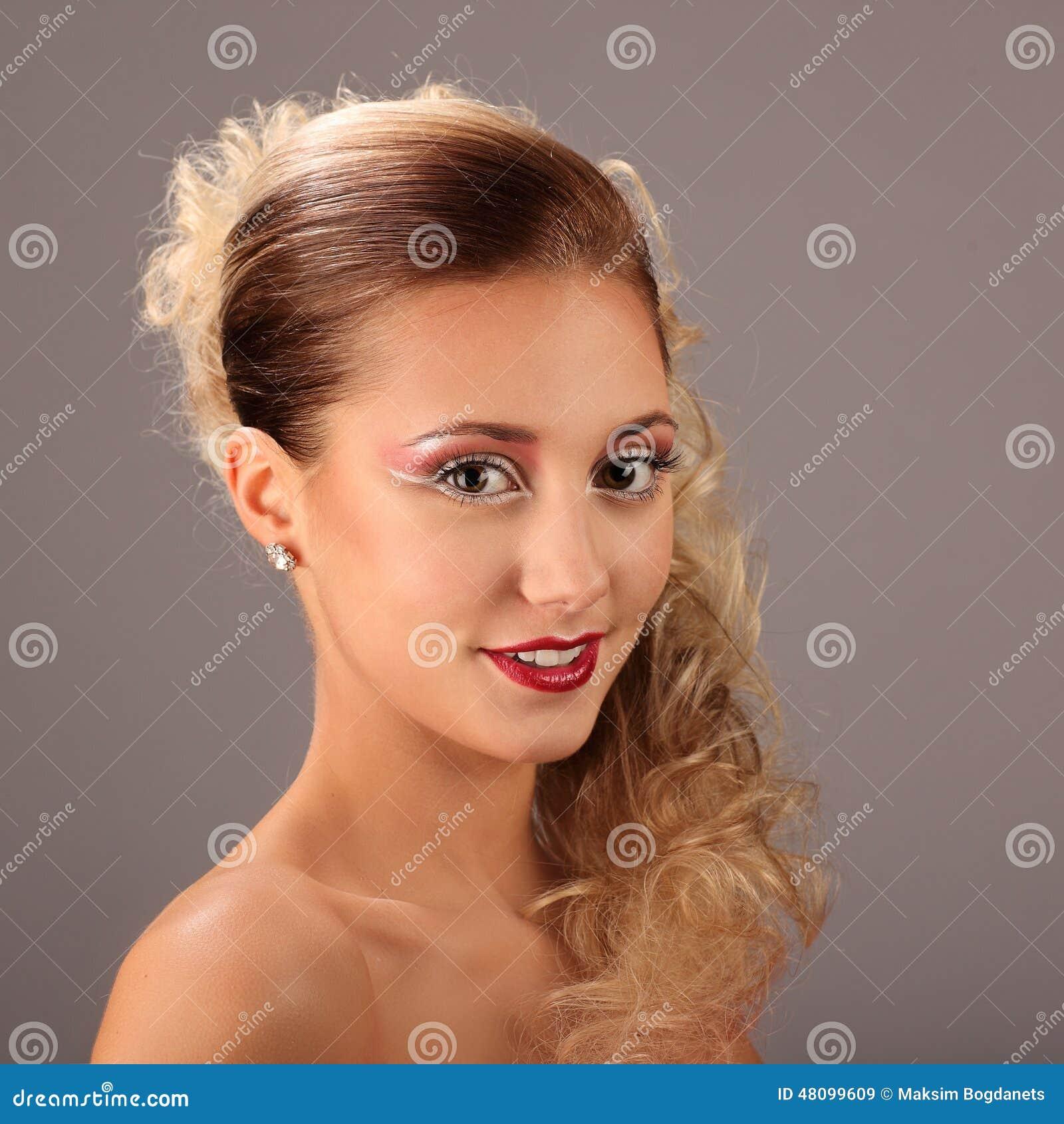 Bella donna con l acconciatura ed il fascino di modo