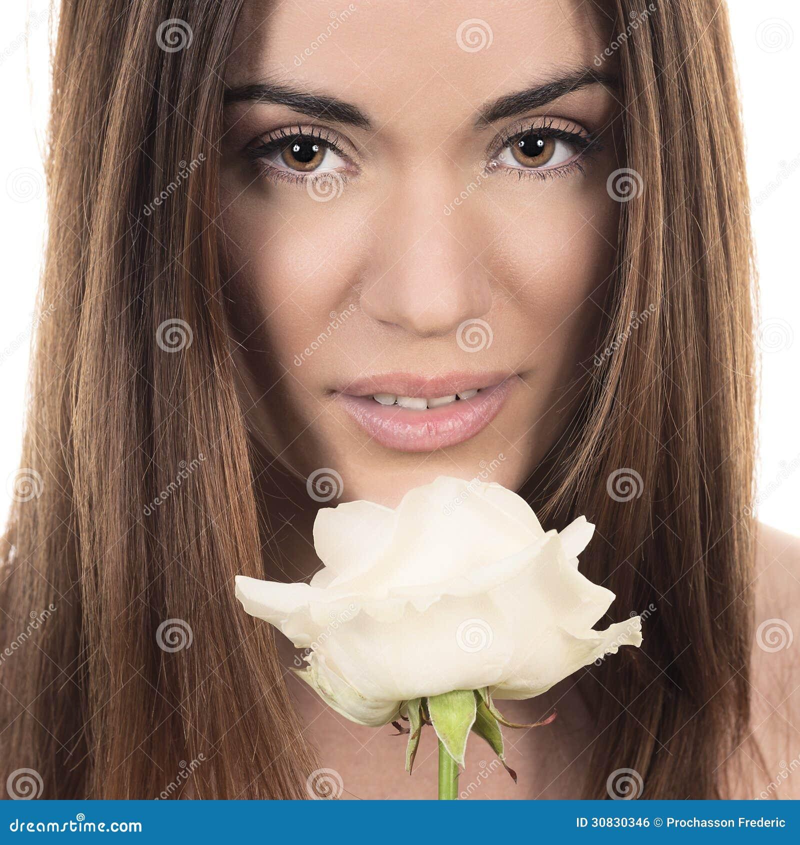 Bella donna con la rosa di bianco