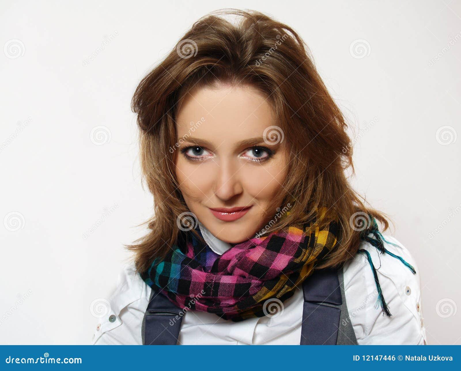Bella donna con la sciarpa