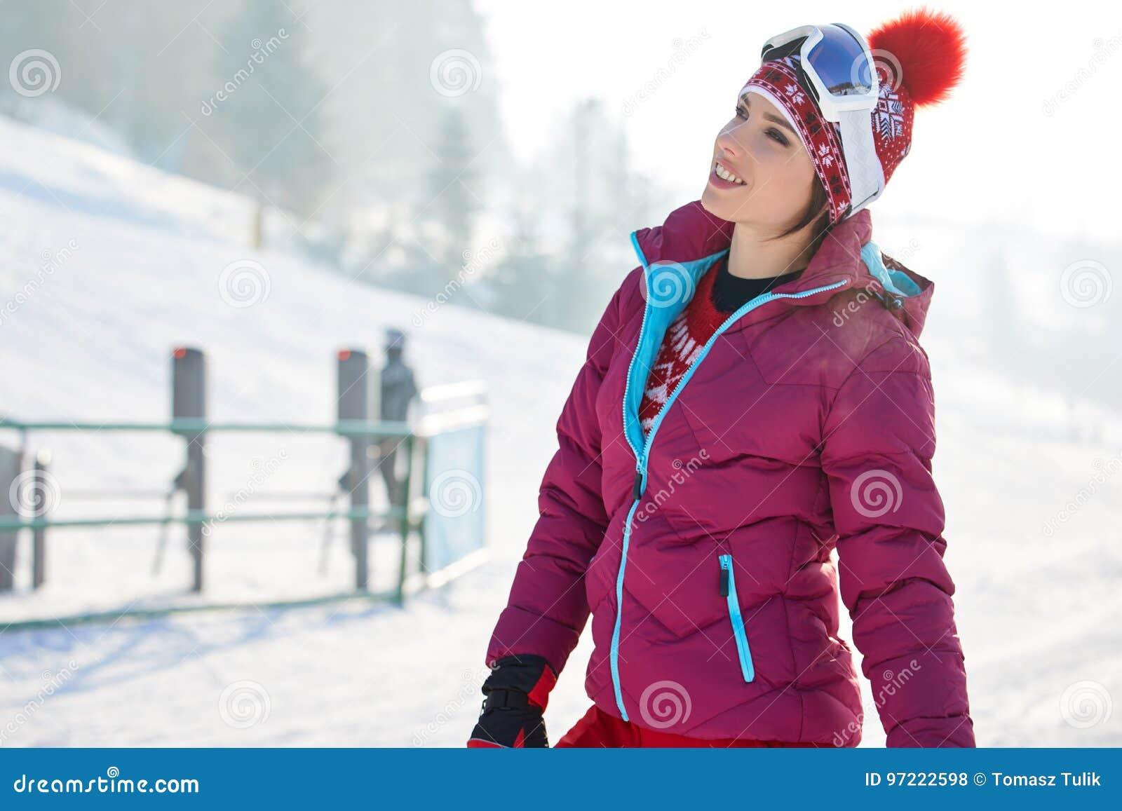 Bella donna con uno snowboard Concetto di sport
