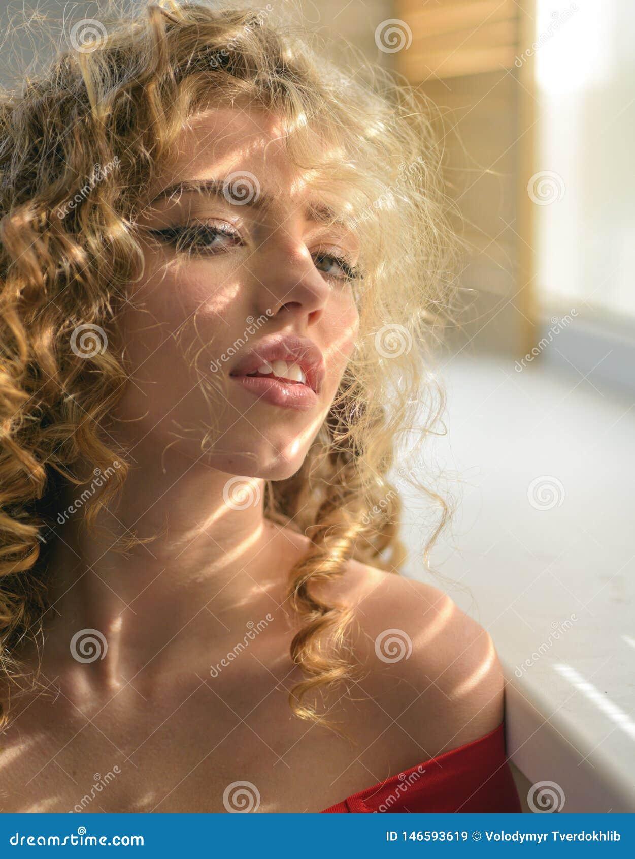 Bella donna donna dei capelli ricci Donna Charming Ragazza di modello