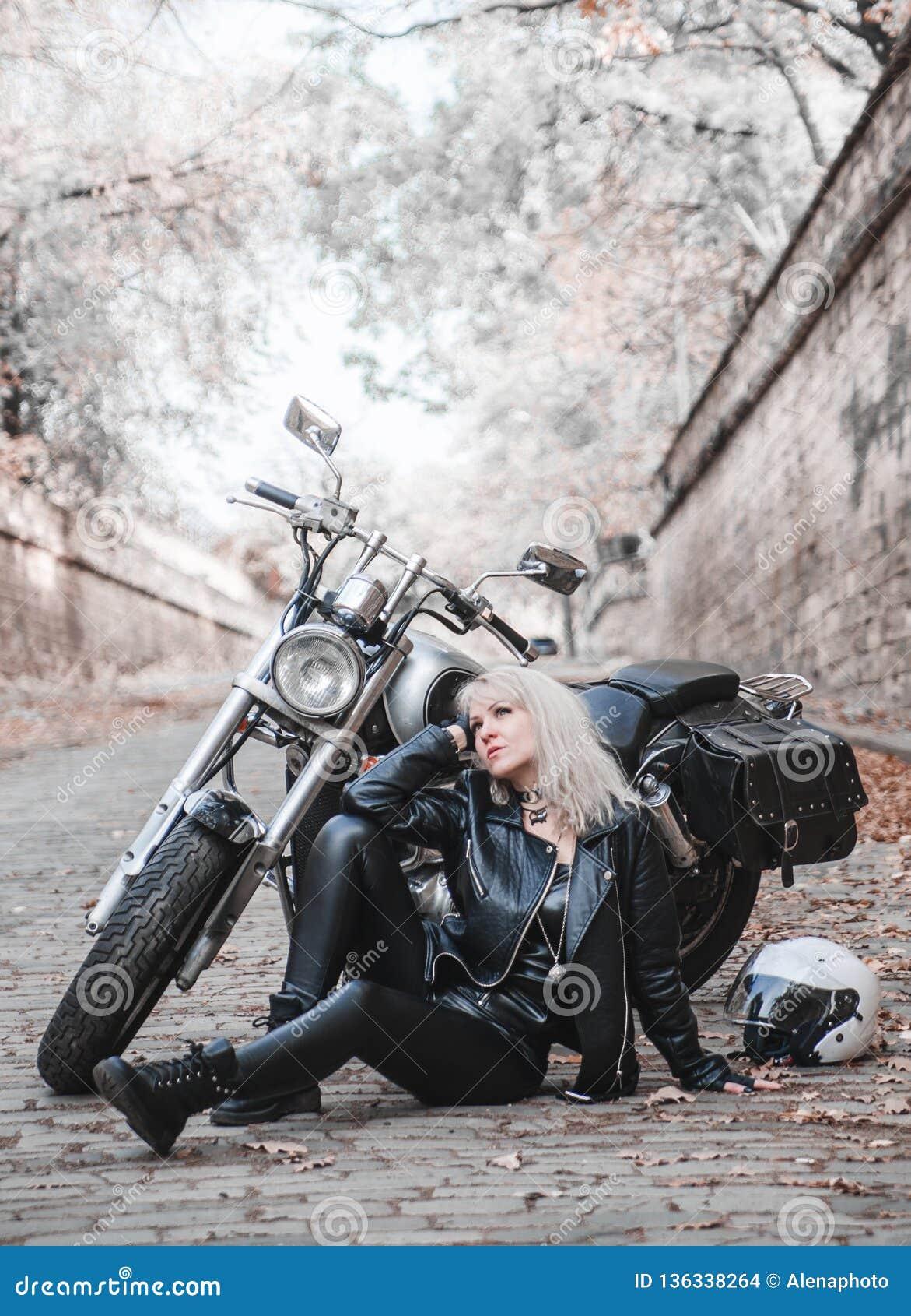 Bella donna del motociclista all aperto con il motociclo
