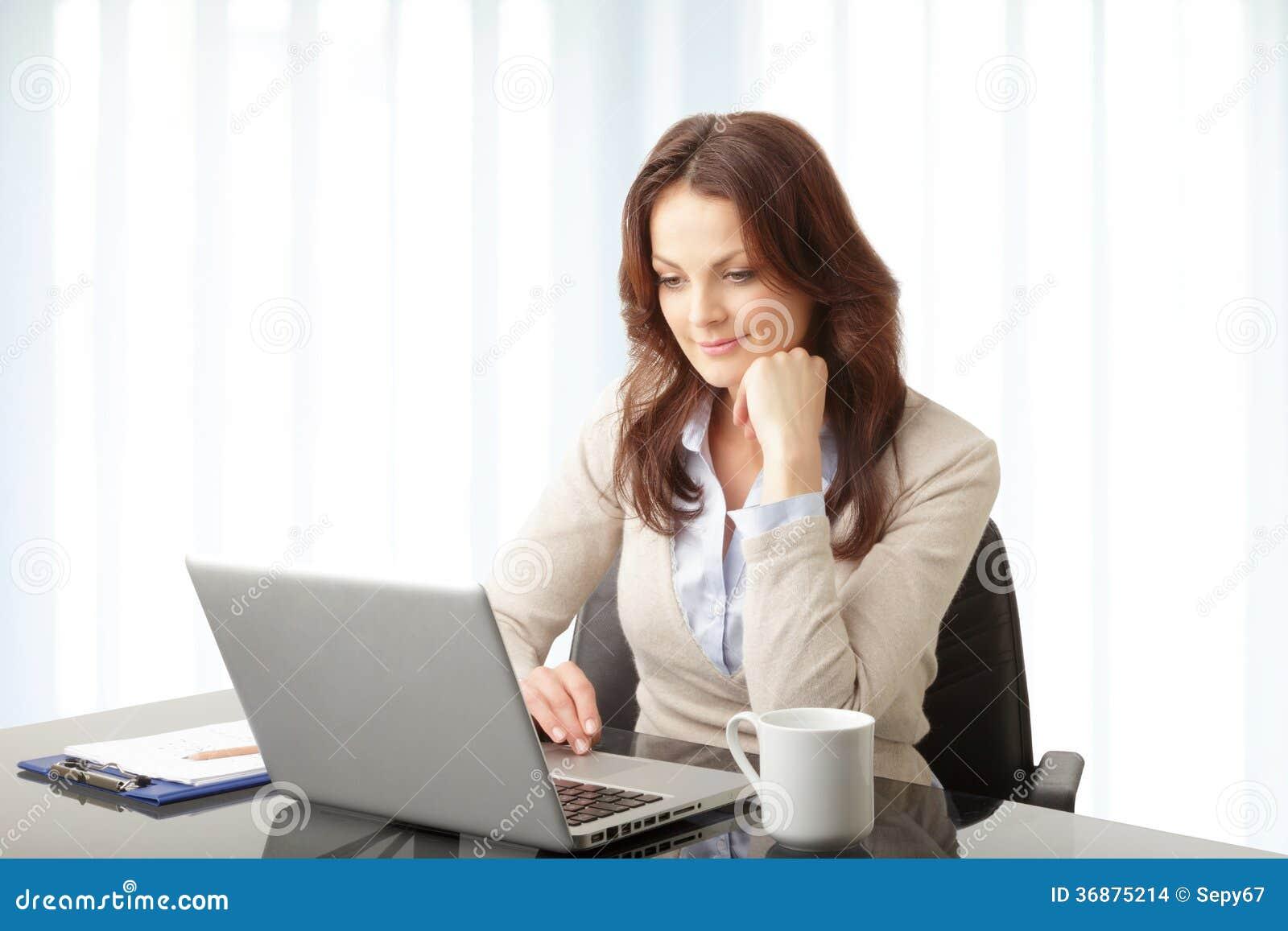Download Bella Donna Di Affari Che Lavora Al Suo Computer Portatile Fotografia Stock - Immagine di femmina, laptop: 36875214