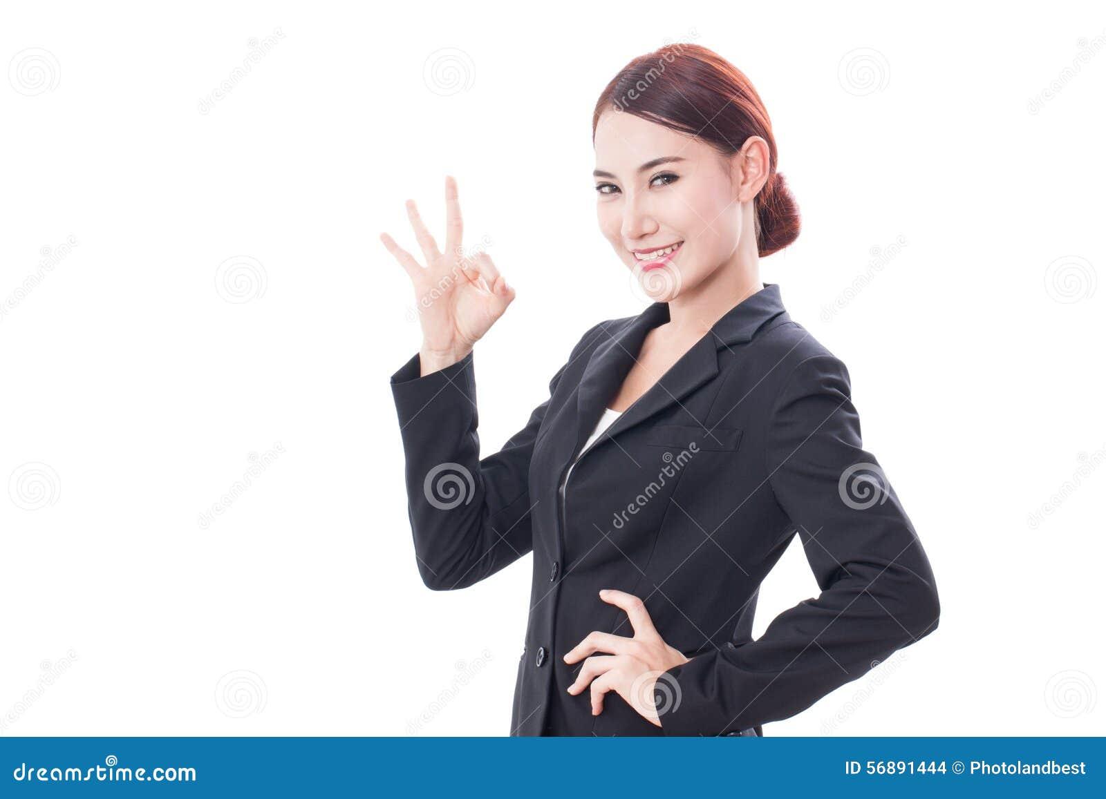 Bella donna di affari che mostra segno giusto