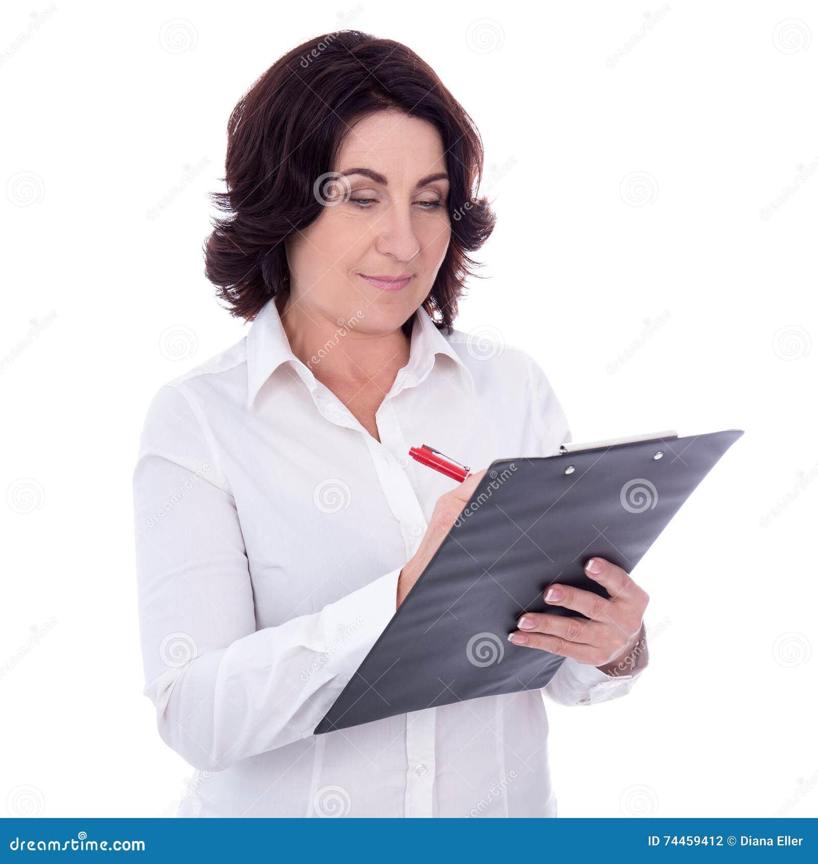 Bella donna di affari maturi con la lavagna per appunti isolata su bianco