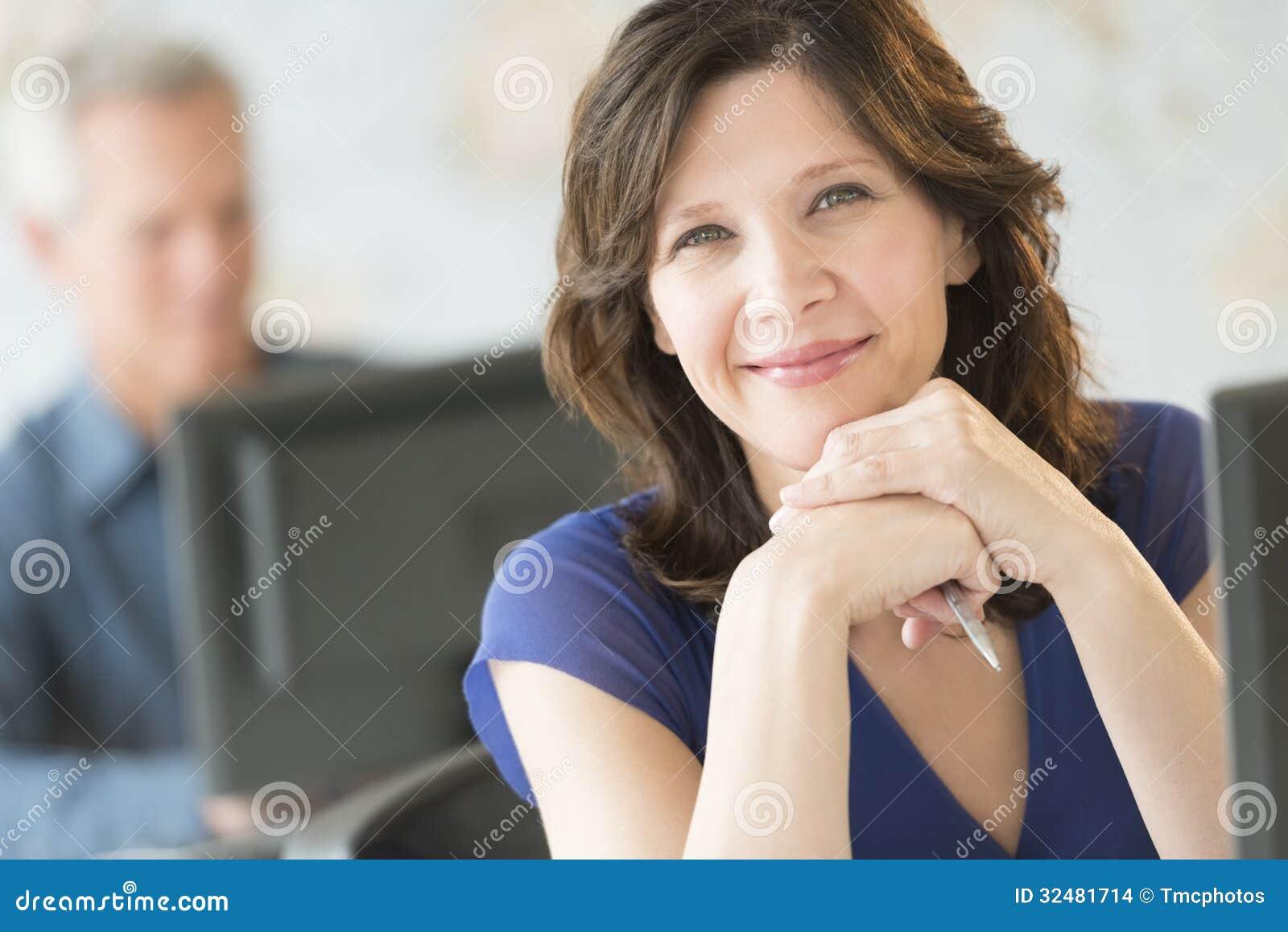 Bella donna di affari Smiling In Office