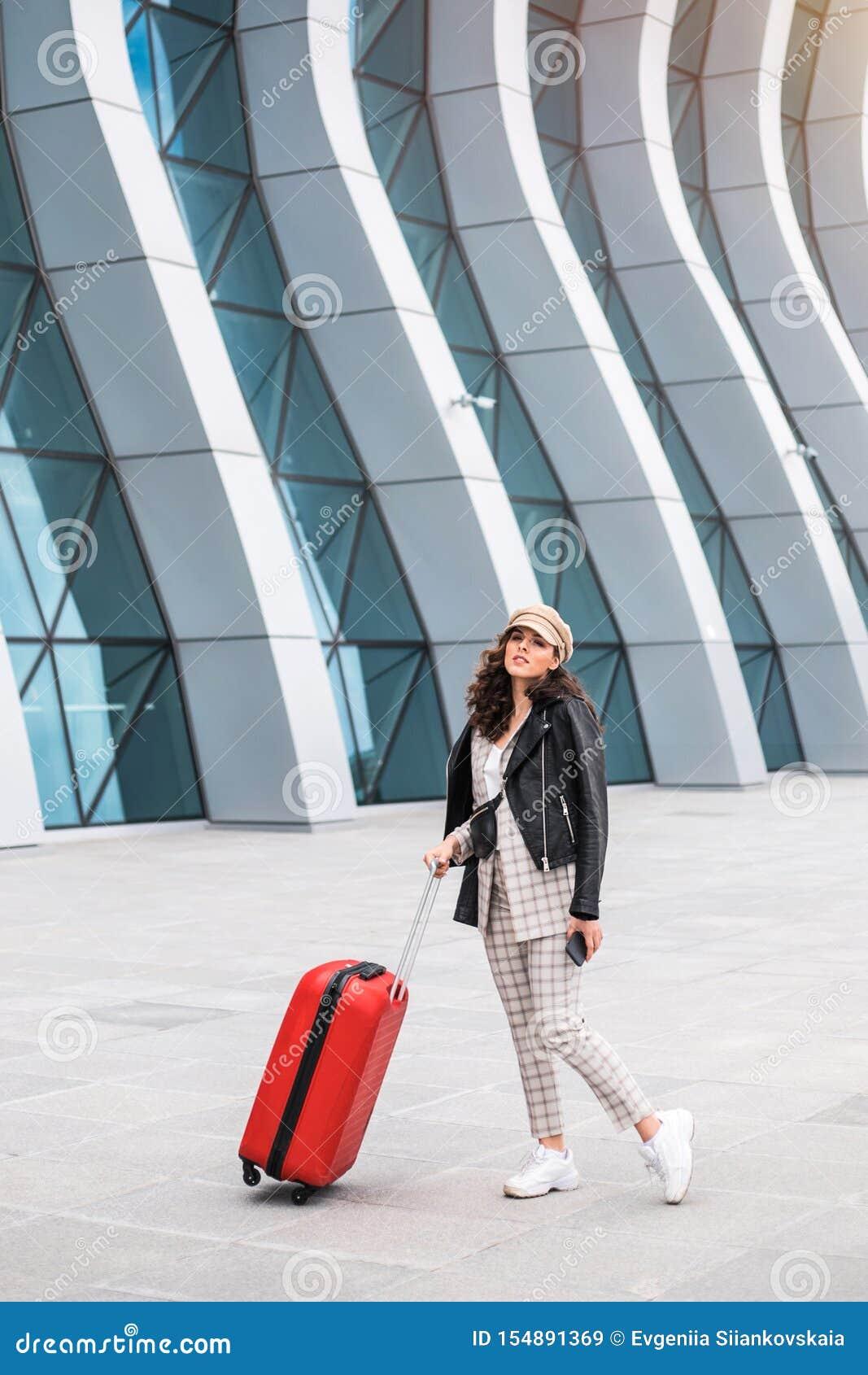 Bella donna di affari vicino al contesto dell aeroporto