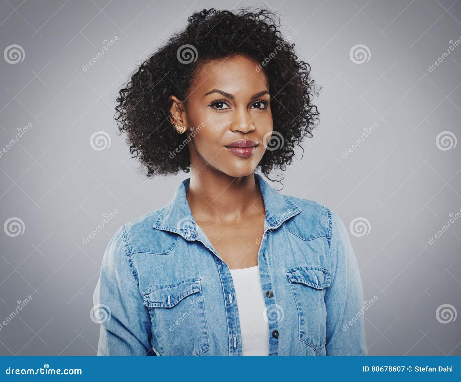 Bella donna di colore con la camicia blu del tralicco