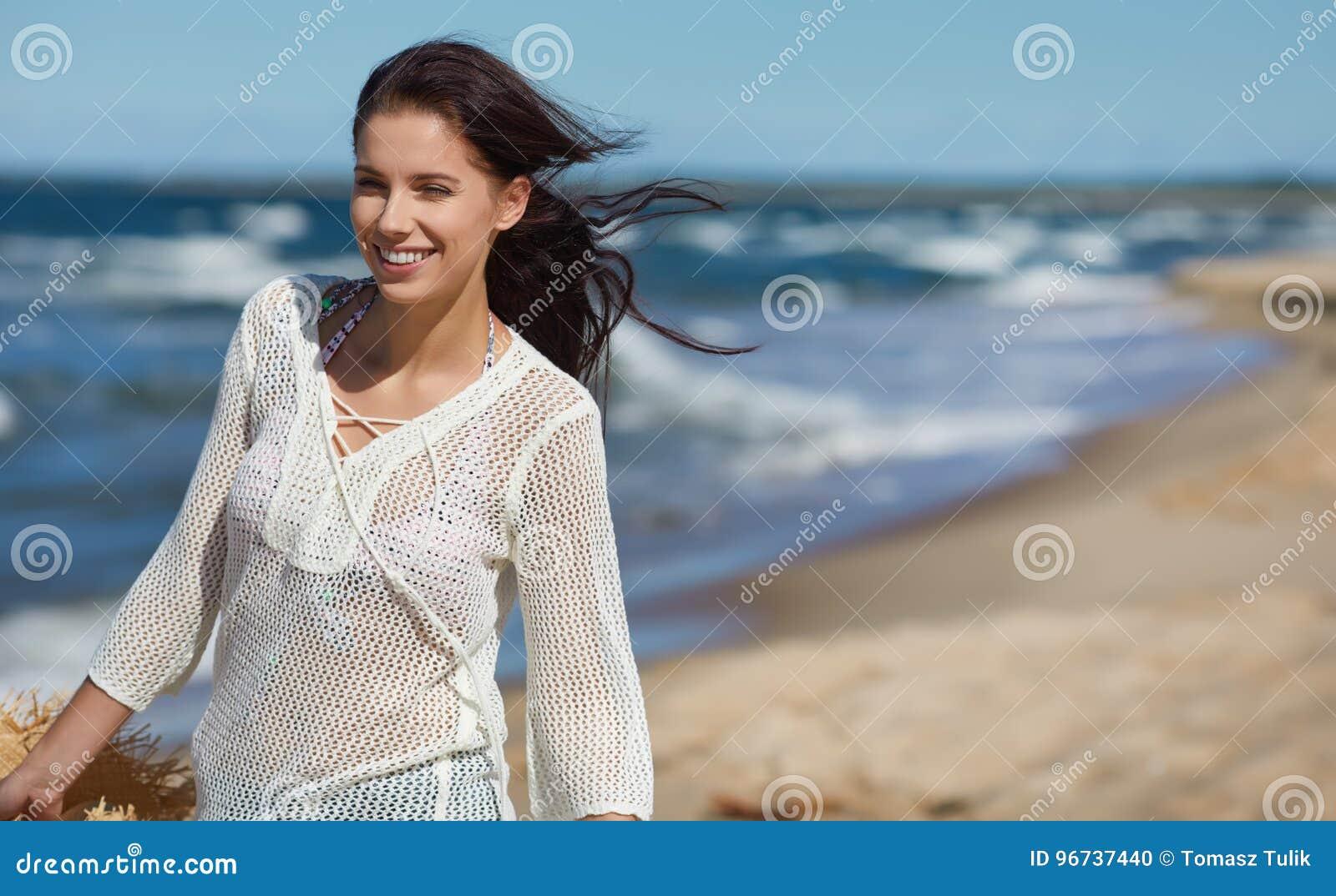 Bella donna di estate vicino al mare