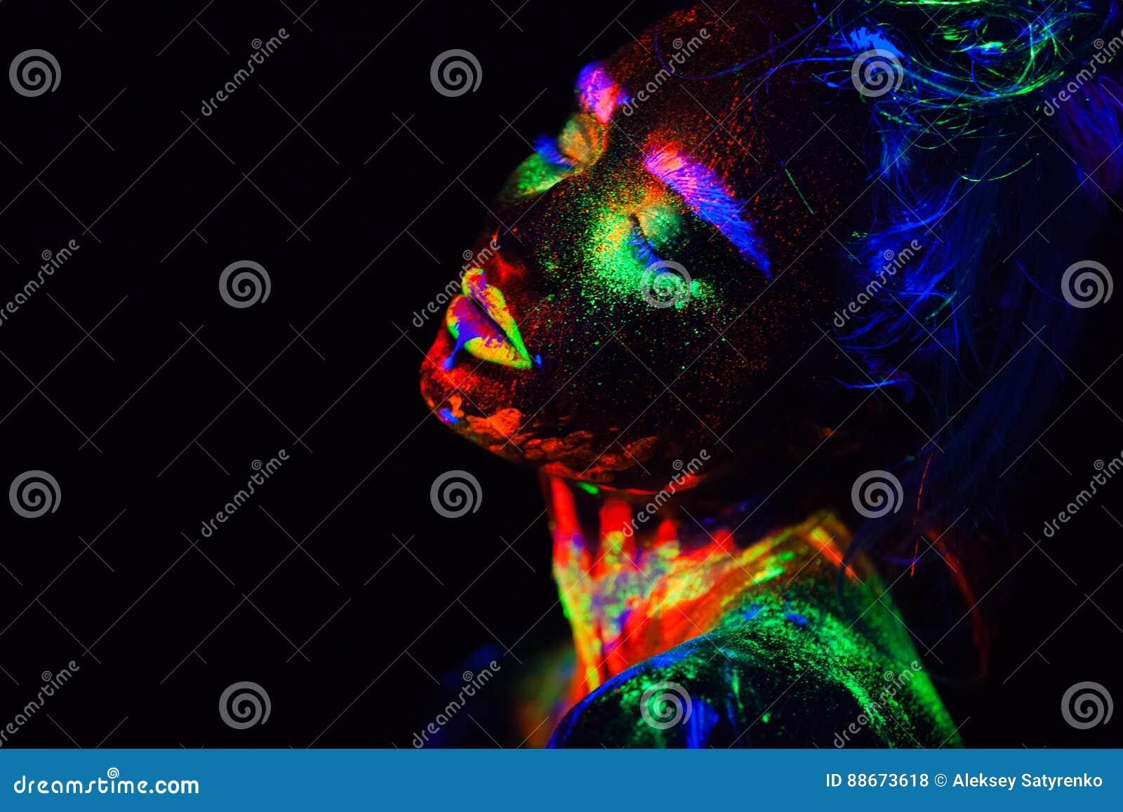 Bella donna di modello extraterrestra alla luce al neon È ritratto di bello modello con trucco fluorescente, arte