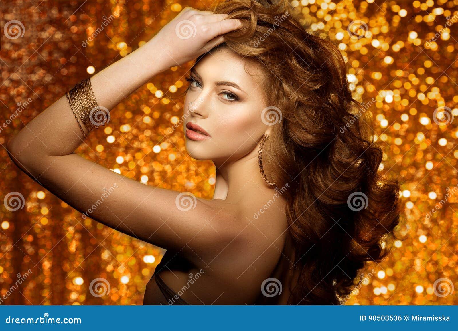 Bella donna dorata di modo, modello con la v lunga sana brillante