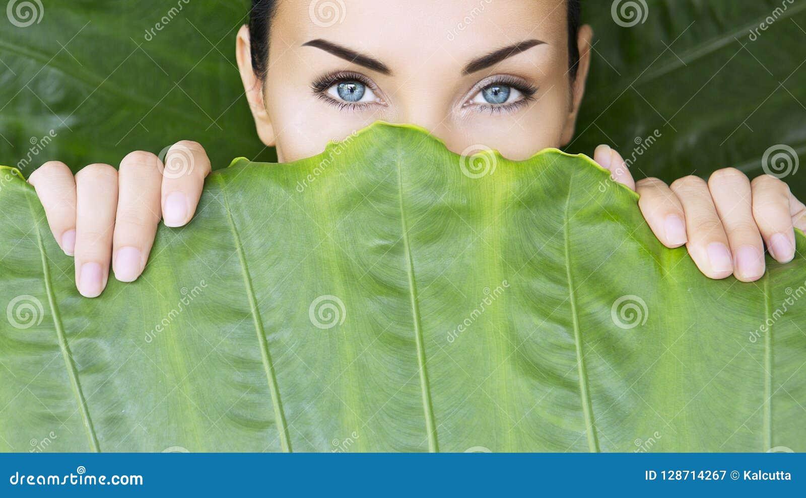 Bella donna e foglie tropicali