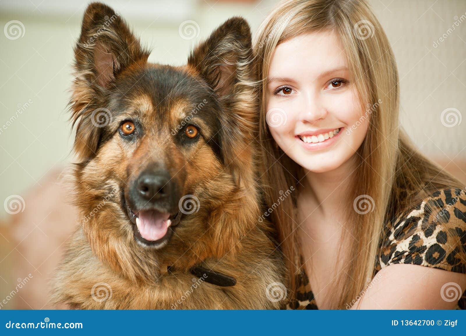 Bella donna ed il suo cane pastore