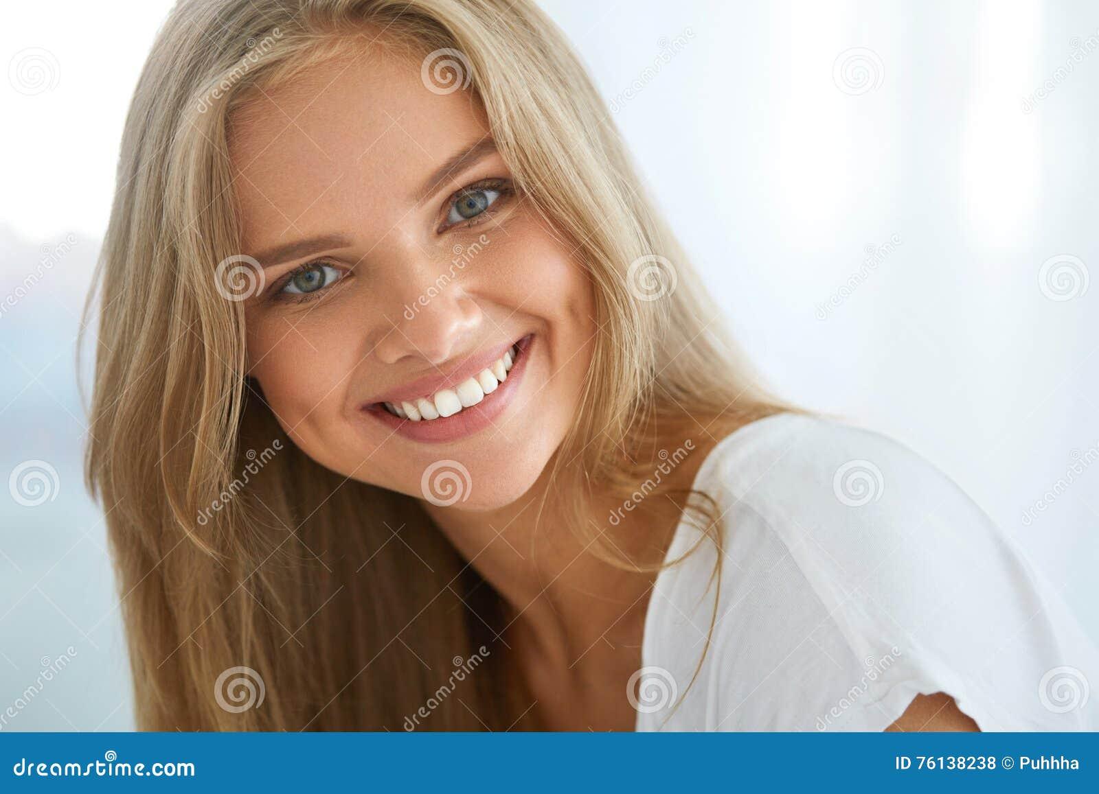 Bella donna felice del ritratto con sorridere bianco dei denti bellezza