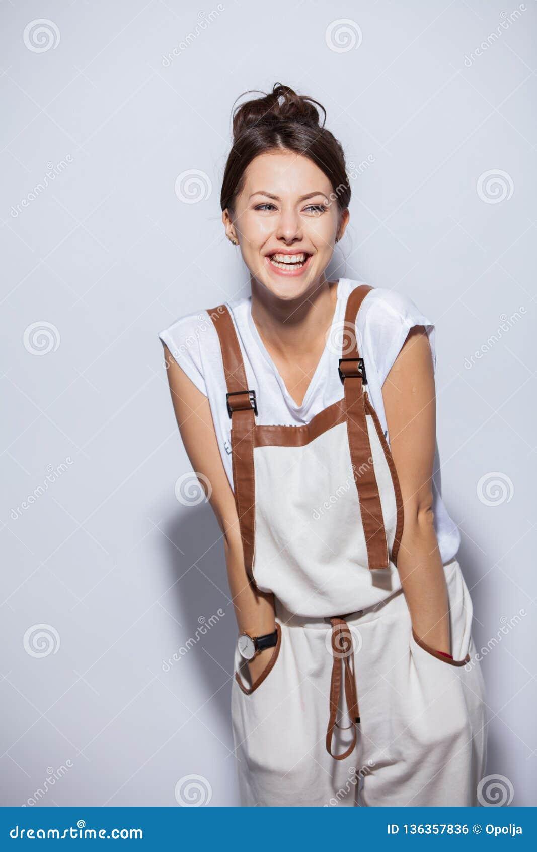 Bella donna felice sorpresa nell eccitazione Isolato su priorità bassa bianca