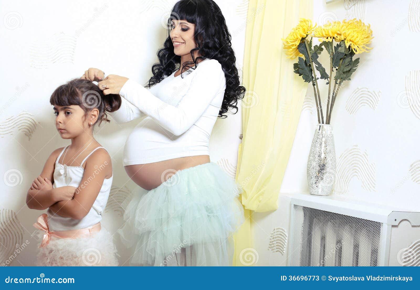 Bella donna incinta con la sua piccola figlia divertente for La sua e la sua costruzione