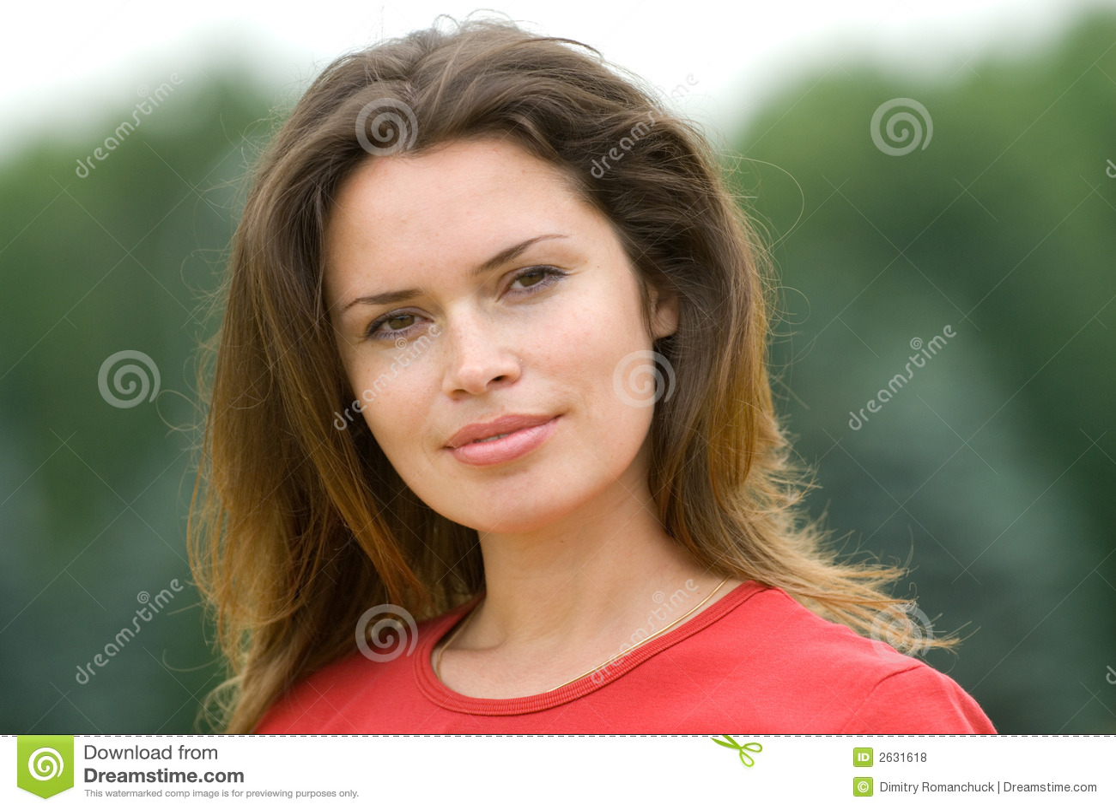 Bella donna in maglietta rossa
