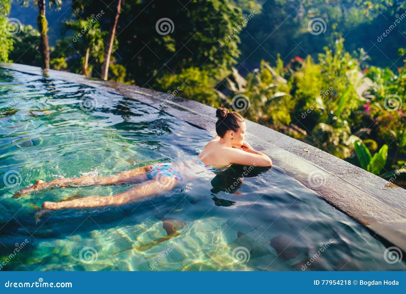Ragazza che prende il sole nella piscina foto stock - Orientamento piscina ...