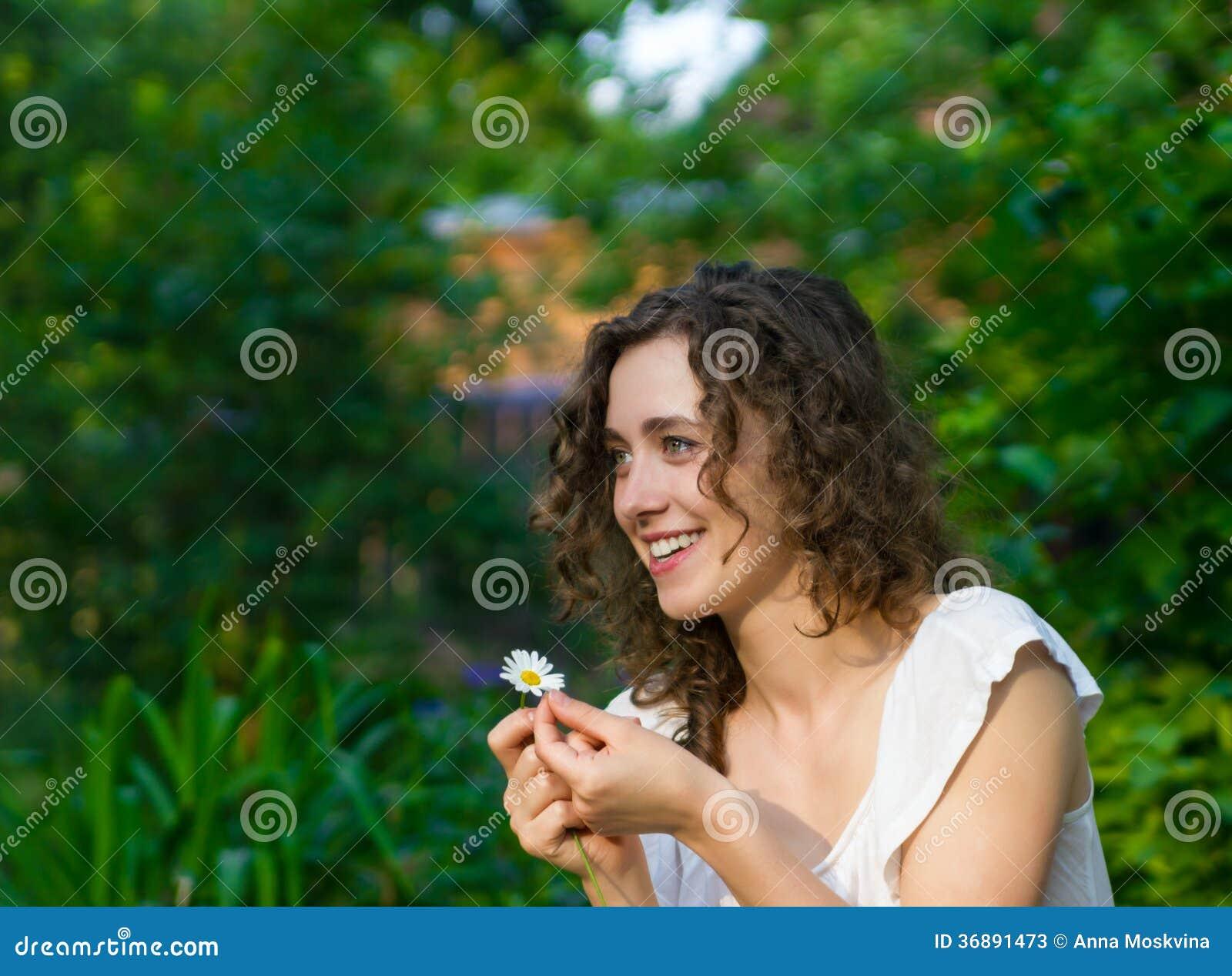 Download Bella Donna Romantica Con Il Fiore Della Margherita Immagine Stock - Immagine di gioia, bello: 36891473
