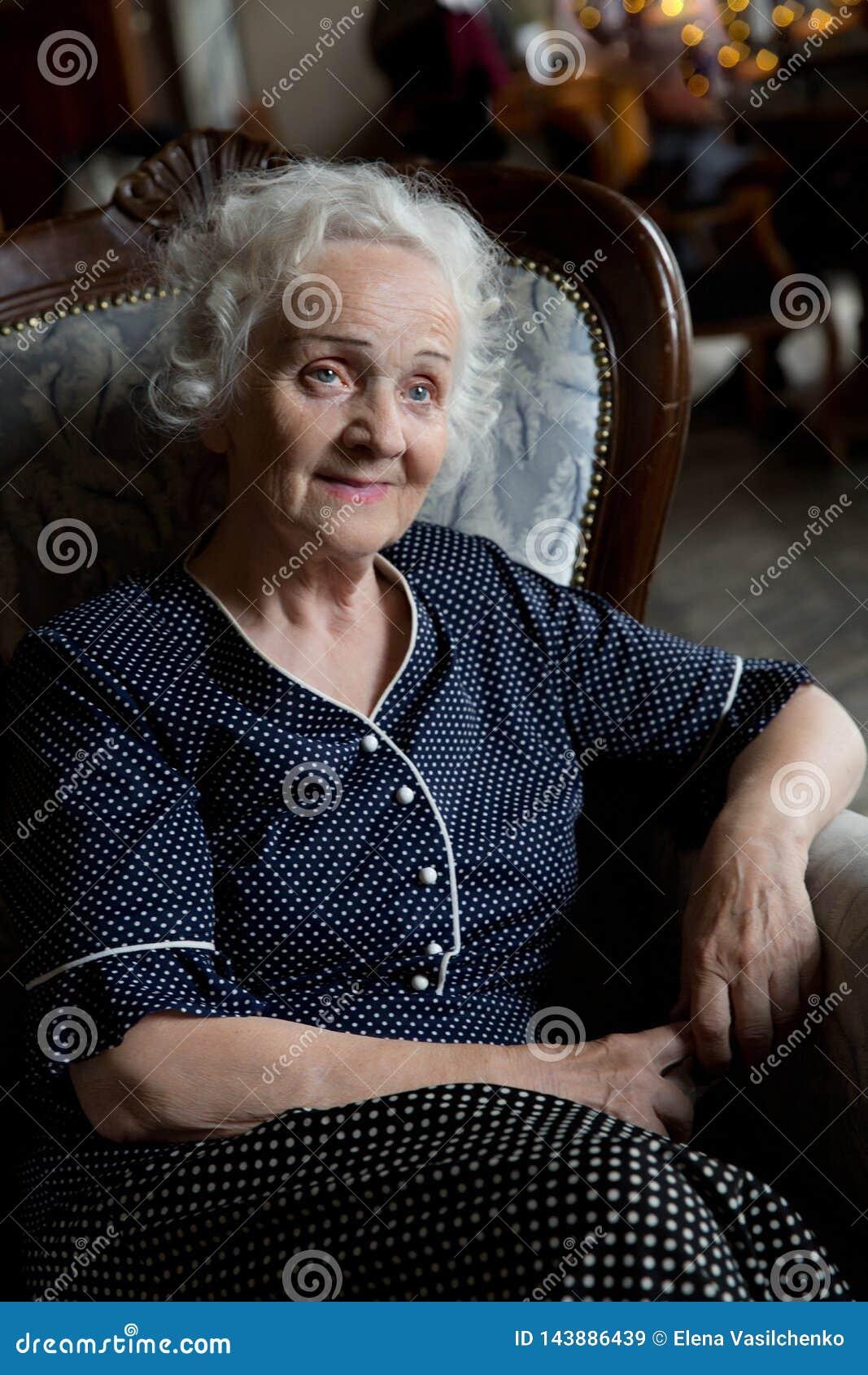 Bella donna senior dai capelli grigia lunga