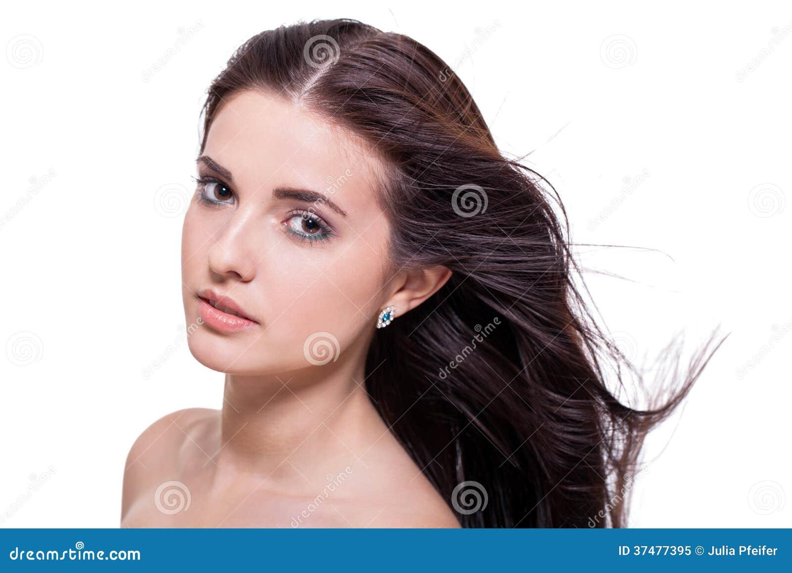 Bella donna serena con un espressione delicata