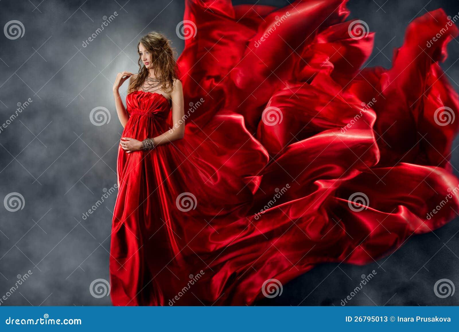Bella donna in seta d ondeggiamento rossa come fiamma