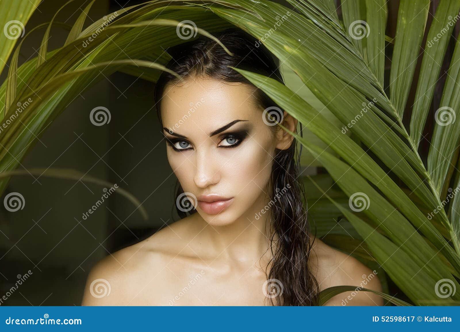 Bella donna sexy che si nasconde dietro le foglie di palma Bella st