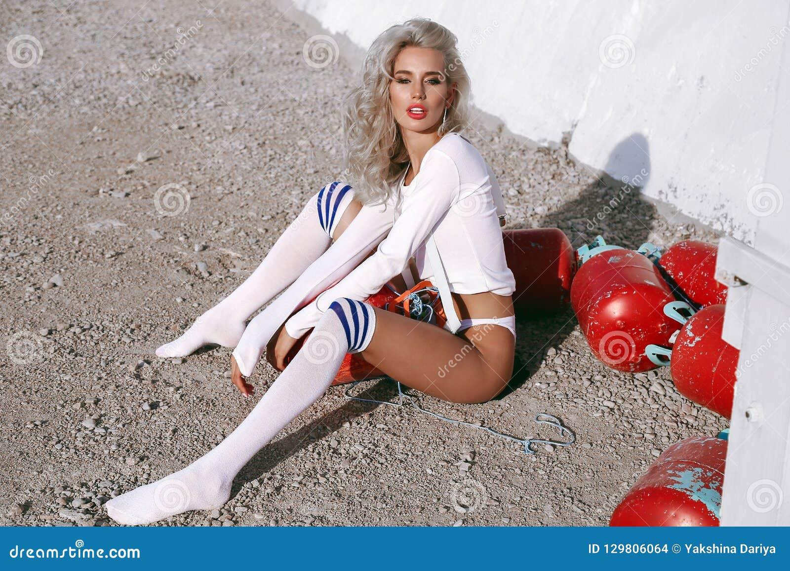 Bella Donna Sexy Con Capelli Biondi In Vestiti Sexy, O Di ...