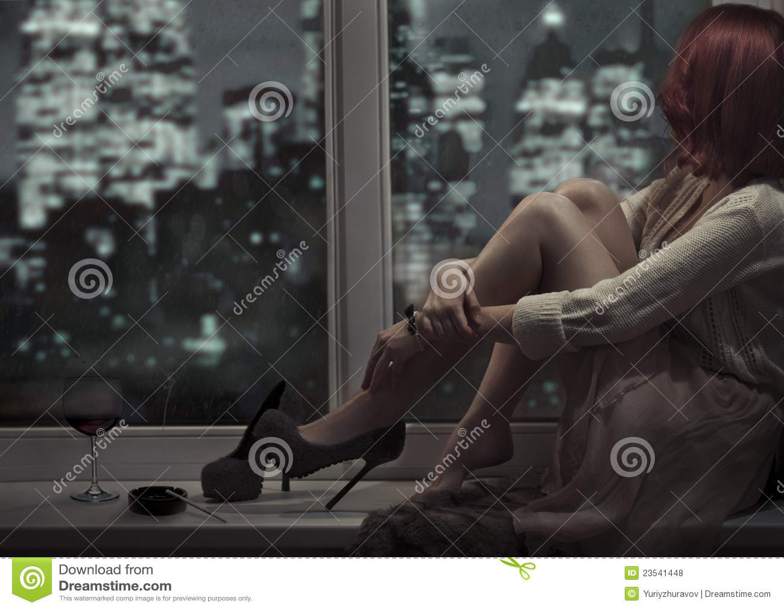 Bella donna sola che si siede sulla finestra fotografia stock immagine 23541448 - Finestra che non si chiude ...