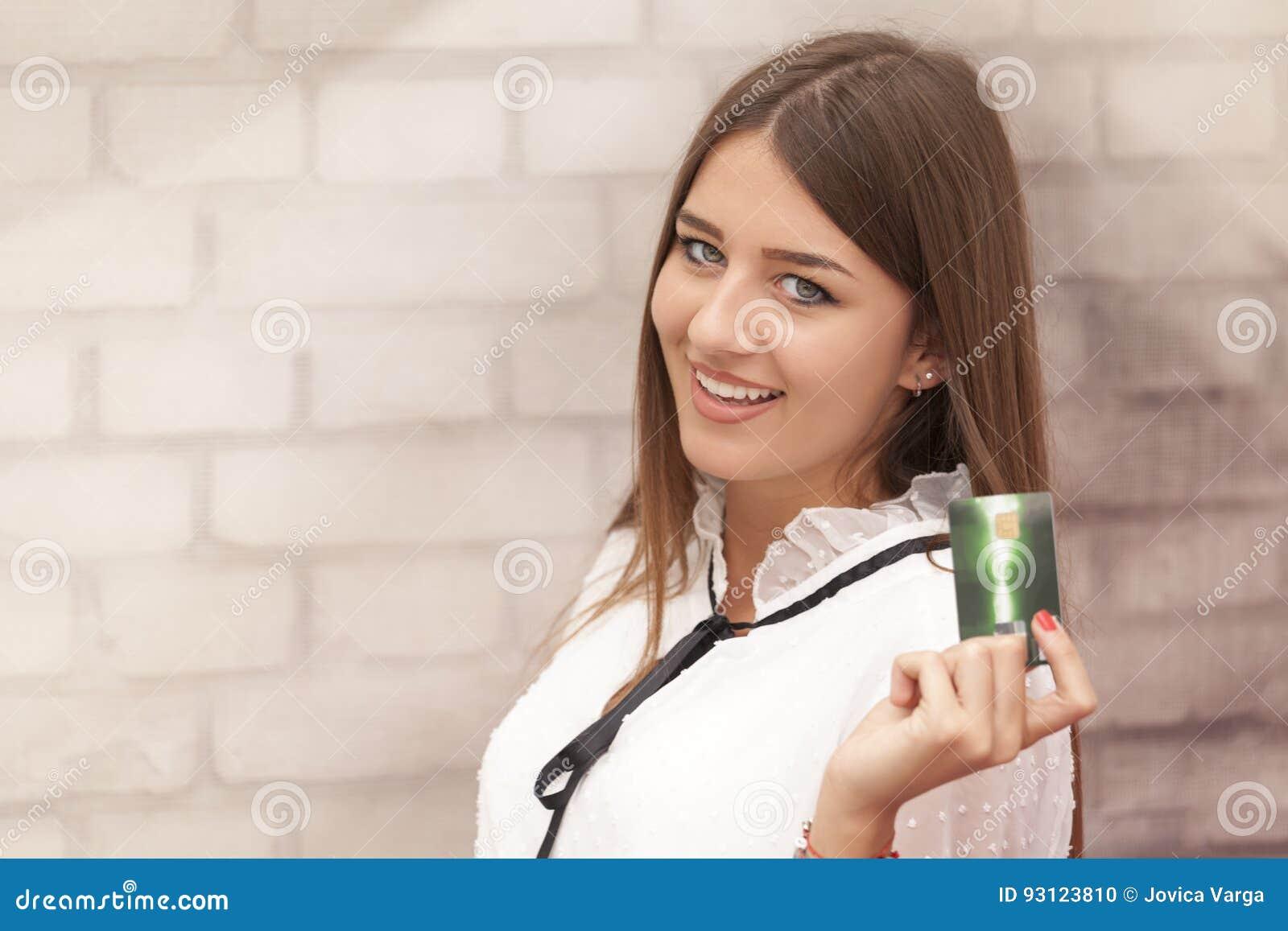 Bella donna sorridente che giudica una carta disponibila
